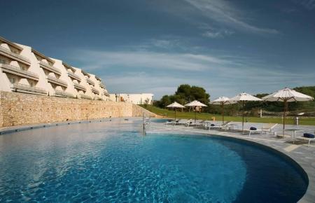 Die Edelherberge verfügt über einen großen Pool.