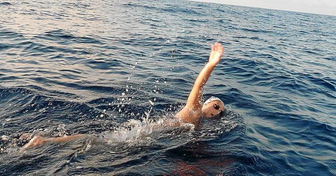 TERESA  PLANAS  INVIERTE 12 HORAS Y 18 MINUTOS EN CRUZAR A NADO LAS ISLAS DE MALLORCA Y MENORCA.