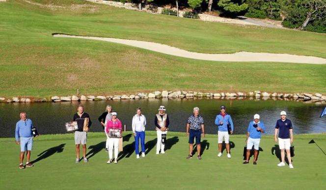 Das waren die sportlichen Sieger des MM-Golfcups 2020. Ein Gruppenbild mit Abstand, wie es in Corona-Zeiten geboten ist.