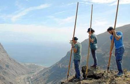 """""""Salto del Pastor"""": An vier Meter langen Stäben schwingen sich die Gomeros die steilen Hänge hinab."""