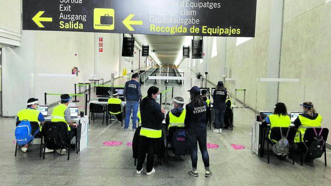 Gesundheitskontrolleure am Flughafen von Mallorca.