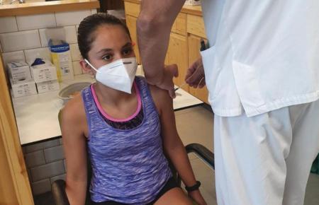Ein Kind wird gegen Corona geimpft.