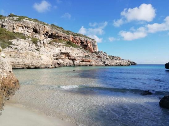 Die Bucht befindet sich zwischen der Cala Santanyí und dem Cap de Ses Salinas.