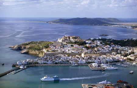 Luftbild von Ibiza-Stadt und dem Hafen.