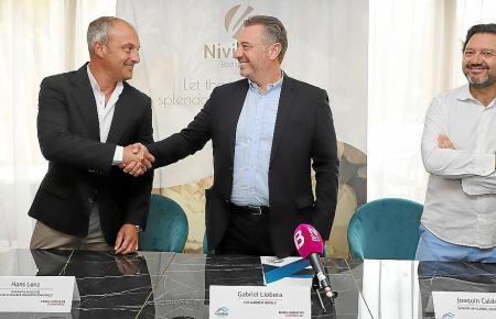 Hans Lenz (Generaldirektor Engel & Völkers), Gabriel Llobera (CEO von Garden Hotels) und Joaquin Caldentey, Subdirektor von Garden Hotels.