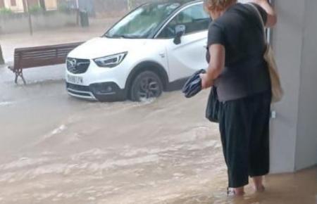 Die Straßen füllten sich schnell mit Regenwasser.