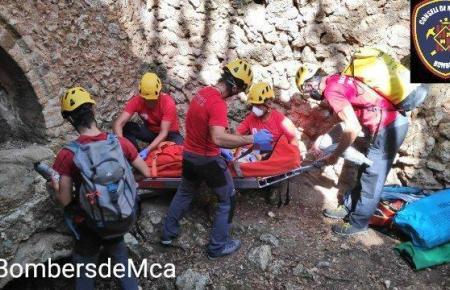 Beamte der Feuerwehr während der Rettung in Bunyola.