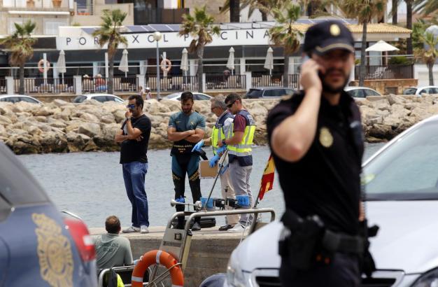 Polizeibeamte im Einsatz vor dem Meeresviertel Portitxol.