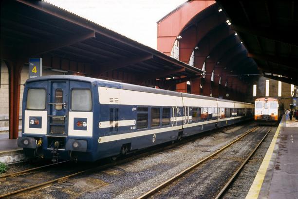 Ein Talgo-Zug, 1994 im Bahnhof von La Coruña.