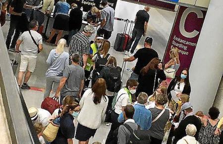 Trolley-Nutzer im Flughafen von Mallorca.