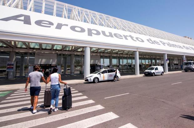 Auch im Flughafen von Mallorca gibt es ausgiebige Coronakontrollen.