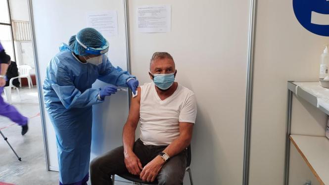 Ein Rentner wird auf Mallorca geimpft.
