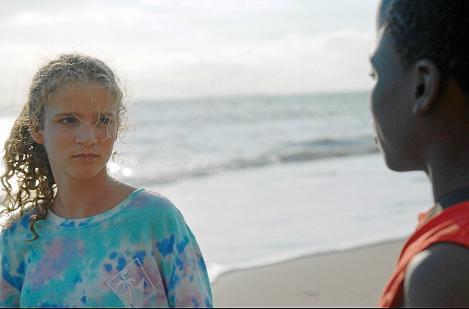 Im Urlaub freundet sich Claire (Zita Gaier) mit dem jungen senegalesischen Strandverkäufer Amram (Gedion Oduor Wekesa) an.