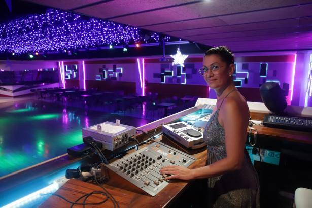 María José Victory bereitet die Eröffnung ihrer Diskothek Victory's vor.