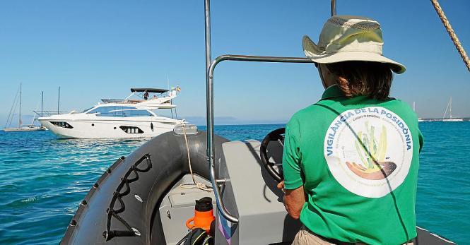 Eine Mitarbeiterin des Umweltministeriums kontrolliert, dass kein Boot auf Seegraswiesen ankert.