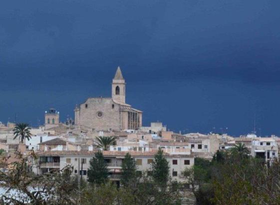 Die Kirche von Santanyí ist aus großer Entfernung sichtbar.