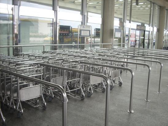 Diese Gepäckwagen sind derzeit sehr dünn gesät am Airport.