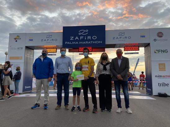 Miquel Capó (vierter von links) erhält die goldene Startnummer des Zafiro Palma Marathon vor dem Start des Rennens