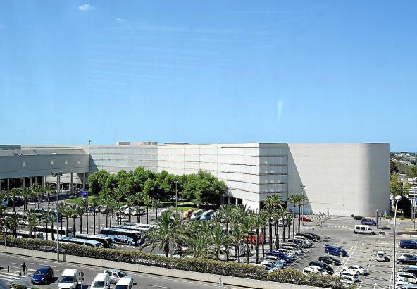 Blick auf das Flughafen-Parkhaus auf Mallorca.