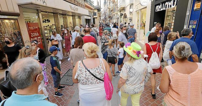 Urlauber und Tagesgäste schlendern derzeit in ungewöhnlich großer Zahl durch die Gassen von Palma.
