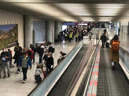 Es herrscht reger Betrieb im Flughafen (Archivfoto).