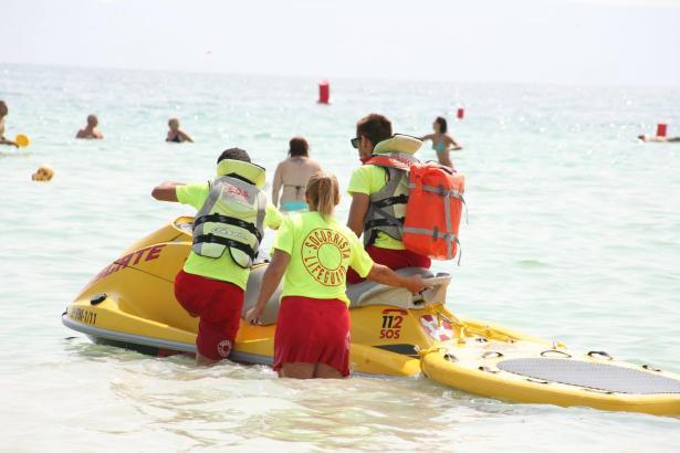 Die Rettungsschwimmer an der Playa de Alcúdia entdeckten einen leblosen Mann im Wasser.