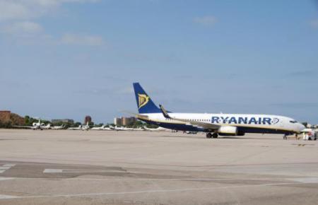 Ryanair-Jet auf dem Flugfeld des Insel-Airports.