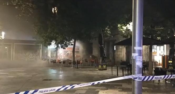 Rauch über der nächtlichen Plaça d'Espanya.