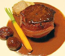 Ein kleiner Ausblick in das herbstliche Menü: Hirschlende an Schokoladensauce serviert mit Esskastanien.