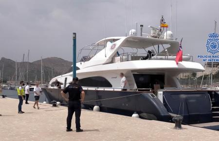 Die Luxusyacht nebst Nationalpolizisten im Hafen von Cartagena.