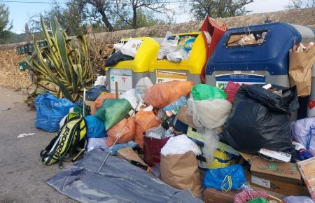 In Andratx sind die Abfallcontainer mehr als übervoll.