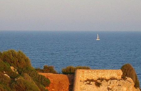 Die Cala Romántica ist vor allem im Hochsommer gut besucht. (Foto: Wikimedia Commons/ Javier Branas)