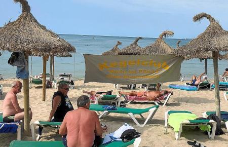 Deutschsprachige Strandgäste an der Playa de Palma.