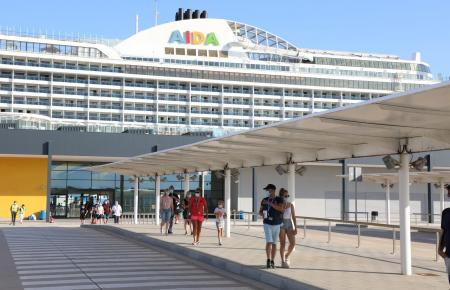 Die 300 Meter lange und 37,6 Meter breite Aida-Perla wurde 2017 im Hafen von Palma getauft.
