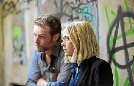 Miranda (Elen Rhys) und Max (Julian Looman) bitten eine Drogendea-lerin, ihnen bei einem Fall zu helfen.