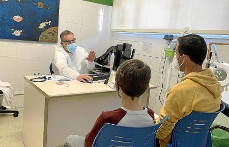 Ein Kinderarzt erklärt Vater und Sohn, wie die Erkrankung in den Griff zu kriegen ist.