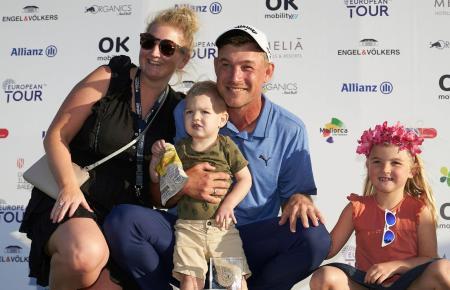 Sieger Jeff Winther und seine Frau Emily mit den Kindern Nora und Arthur.