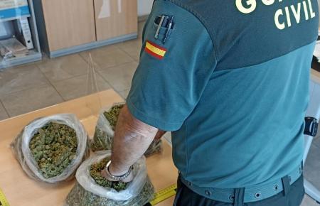 Die Guardia Civil beschlagnahmte ein Kilo Marihuana.
