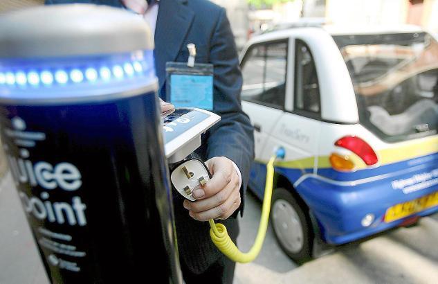 Elektroauto wird betankt