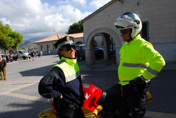 UNA EMBARAZADA ROMPE AGUAS EN SU CASA DE ANDRATX Y DOS POLICIAS LOCALES LE AYUDAN A DAR A LUZ.