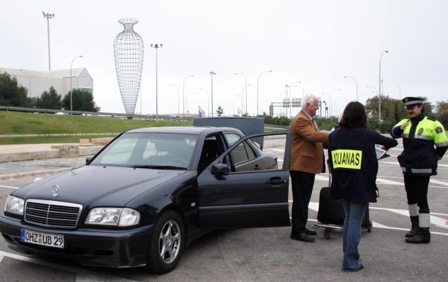 Zollbeamte bei einer Verkehrskontrolle am Flughafen.