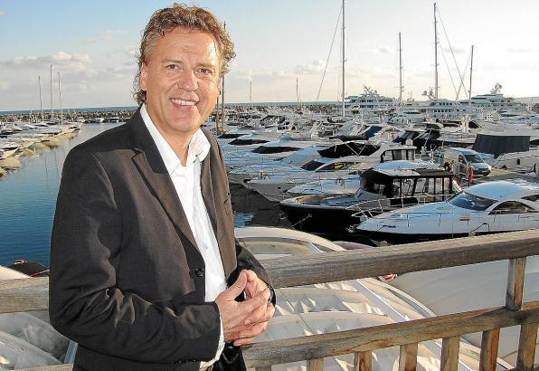 "Auf Mallorca angekommen: Sportreporter Jörg Dahlmann in der ""Ritzi Lounge Bar"" in Puerto Portals."