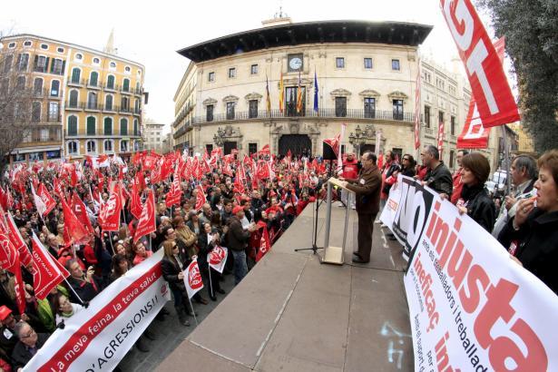 Der Vorsitzende des Gewerkschaftsverbandes UGT auf den Balearen, Lorenzo Bravo, bei der Abschlusskundgebung auf dem Rathausplatz