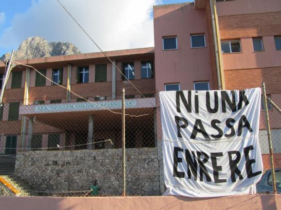 """Protest vor einer Schule in Sóller: """"Nicht einen Schritt zurück"""", ist auf Mallorquinisch auf dem Plakat zu lesen."""
