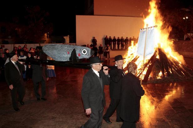 Nach dem Festumzug der Sardine wird diese feierlich verbrannt. Damit ist der Karneval beendet.