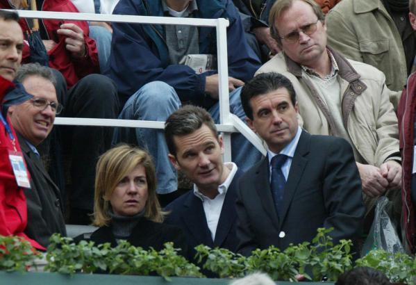 Urdangarin (Miitte) mit Ehefrau Cristina: Zum ersten Mal steht ein Mitglied der spanischen Königsfamilie vor dem Ermittlungsgeri