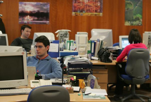 Lange Gesichter bei den Arbeitnehmern: 2012 und 2013 bescheren ihnen deutliche Gehaltseinbußen.