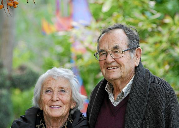 Ulrich Werthwein und seine Frau Renate. Das Paar verbringt jeden Tag Zeit in seinem kunstvollen Garten.