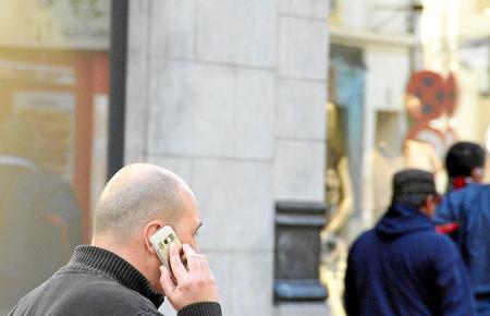 Kartentelefone ohne Vertrag haben ihre Tücken: Wer nicht regelmäßig nachlädt, kann seinen Saldo und seine Nummer verlieren.
