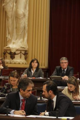 Ernste Mienen im Balearen-Parlament, angesichts der perkären Haushaltslage: Ministerpräsident José Ramón Bauzá (r.) im Gespräch